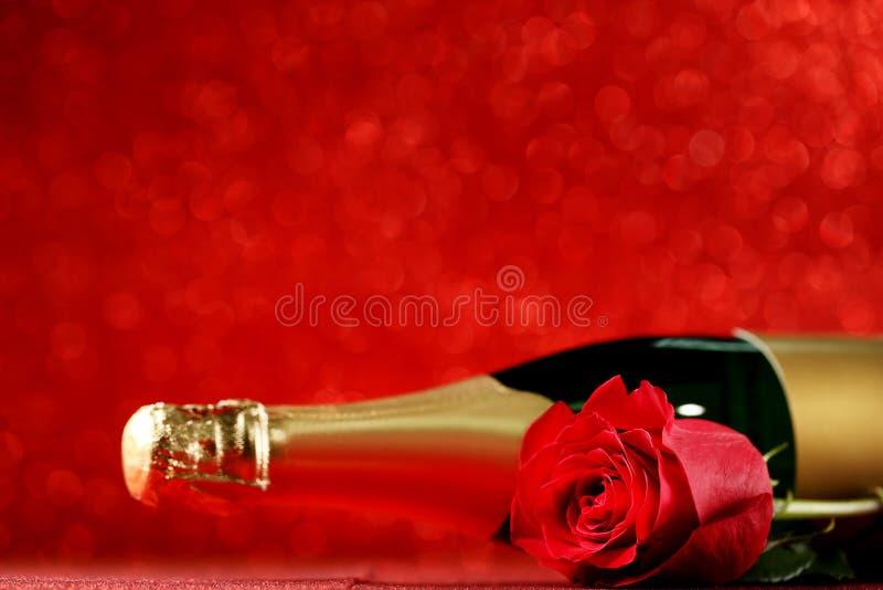 Бутылка Шампань с красной розой стоковые фотографии rf
