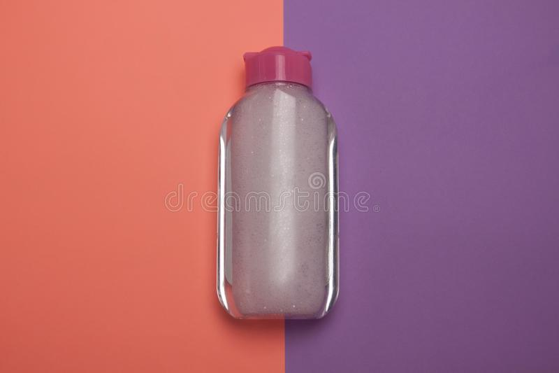 Бутылка Skincare косметическая, продукт для очищать и макияж извлекают, взгляд сверху, предпосылка пастельного цвета, minimalisti стоковые изображения