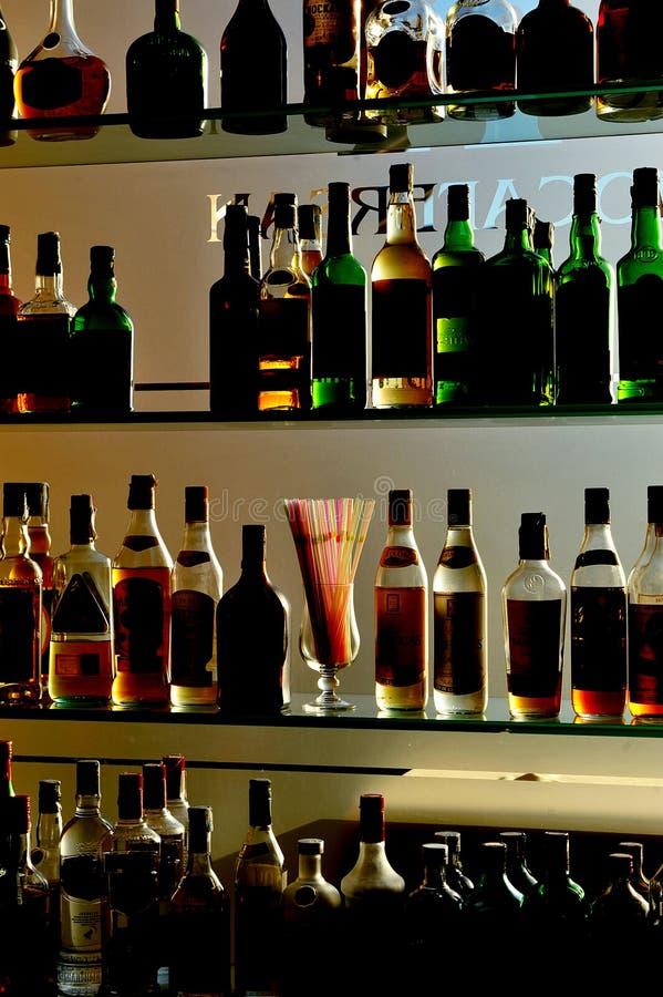Бутылки алкогольных напитков на пабе стоковые фотографии rf