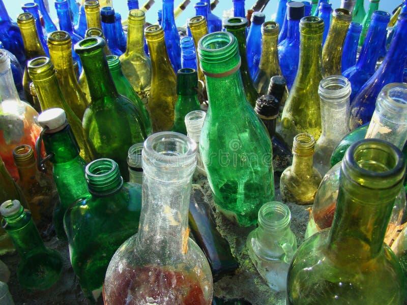 бутылки идут рециркулированным зеленым цветом стоковое фото rf