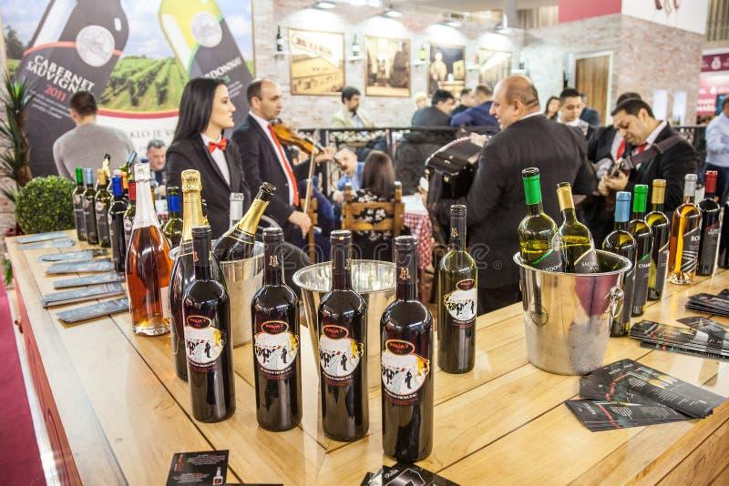 Бутылки красного вина от Сербии на дисплее на стойке дегустации вин в центре Белграда с сербскими agriculturers стоковые фото