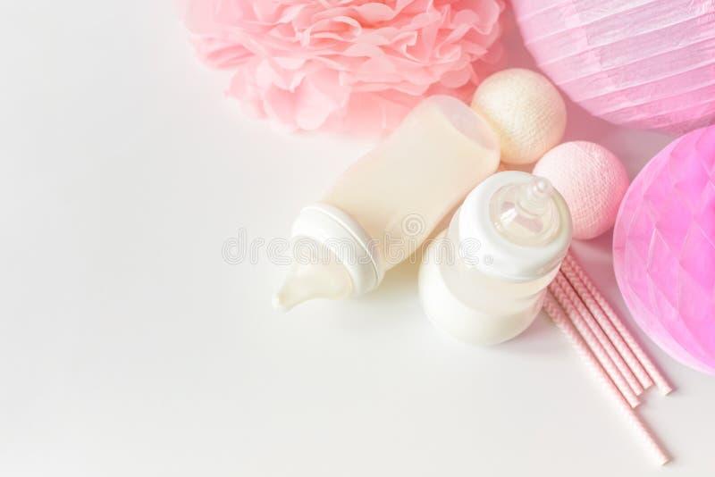 Бутылки младенца с грудным молоком с различным праздничным бумажным оформлением Оно ` s концепция торжества дня рождения девушки  стоковая фотография