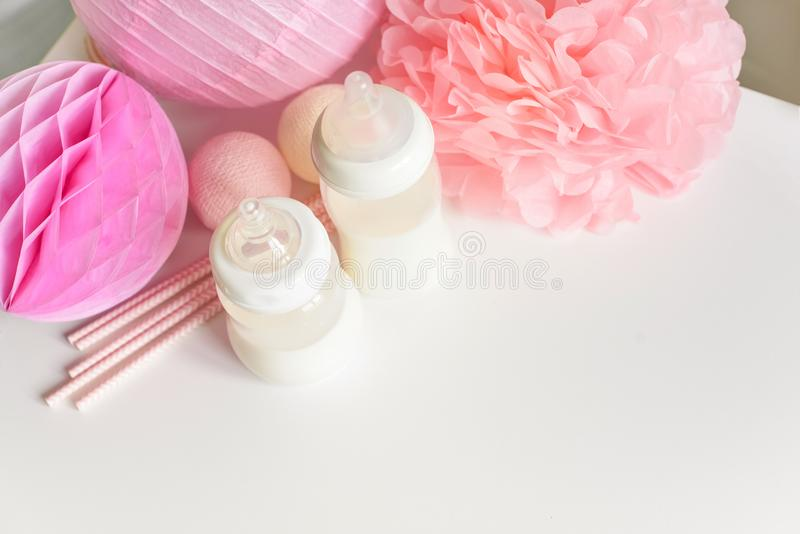 Бутылки младенца с грудным молоком с различным праздничным бумажным оформлением Оно ` s концепция торжества дня рождения девушки  стоковые фотографии rf