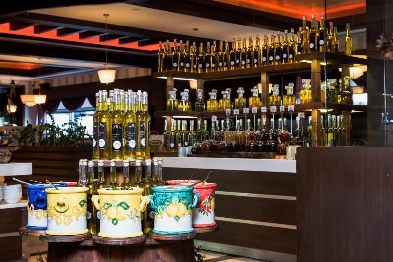 Бутылки оливкового масла, который нужно показать стоковые фотографии rf