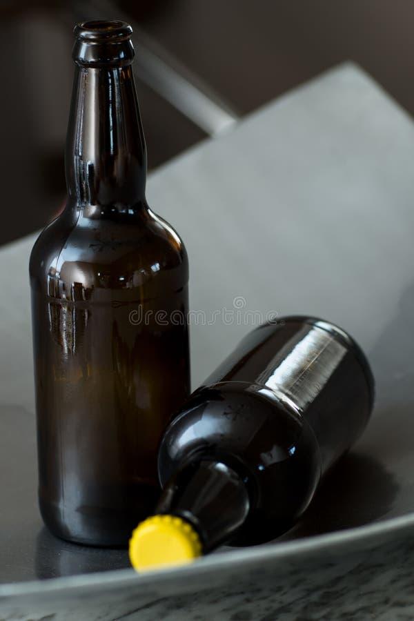 бутылки пива предпосылки красят нежный померанцовый сфотографированный желтый цвет студии стоковое изображение