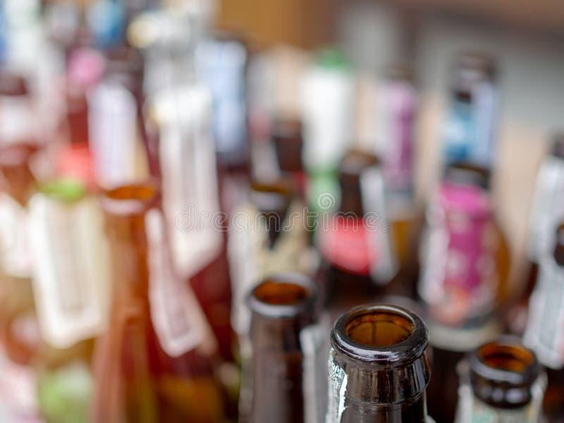 бутылки пива предпосылки красят нежный померанцовый сфотографированный желтый цвет студии стоковая фотография