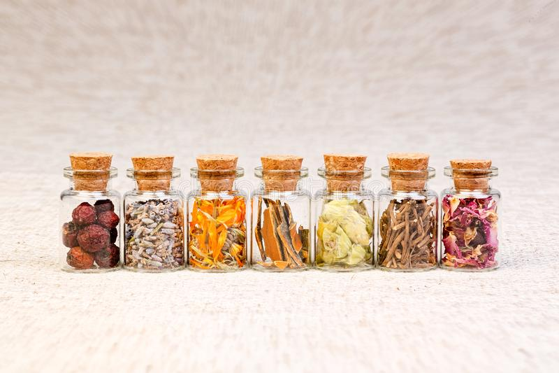 Бутылки при травы используемые в гомеопатии стоковые фото