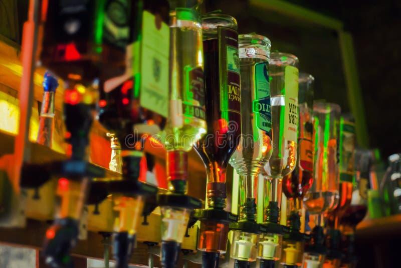 Бутылки сильных алкогольных напитков стоковые фото