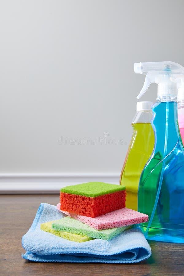 бутылки с антисептиковыми жидкостями и ветошами стоковые изображения