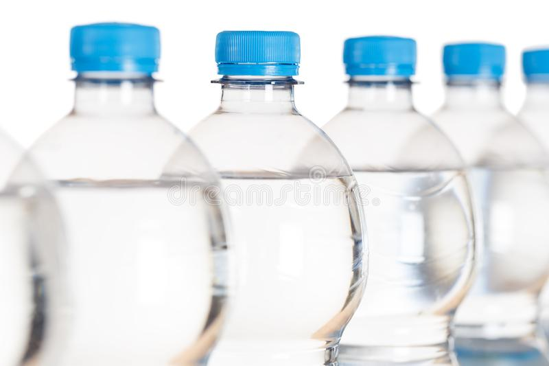 Бутылки бутылки с водой на белизне стоковое изображение rf