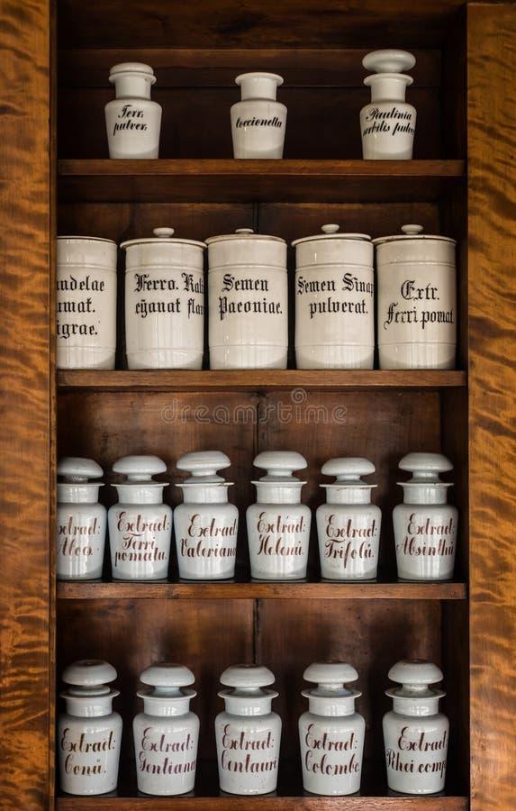 Бутылки с медицинами на полке в старой фармации Старое pharmac стоковая фотография rf