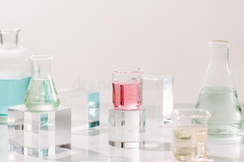 Бутылки с различными маслами духов на таблице стоковое изображение