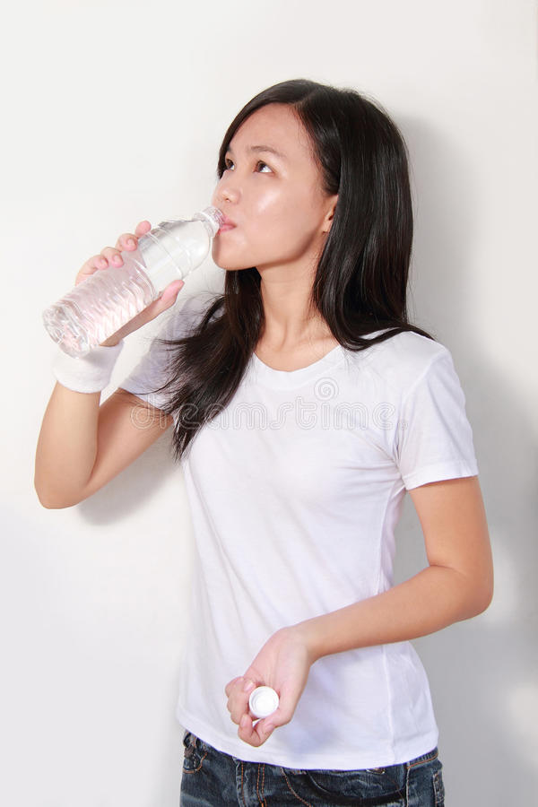 Бутылка дамы выпивая воды стоковое фото