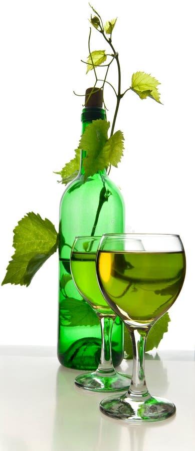 Бутылка вина в лозе стоковые изображения rf