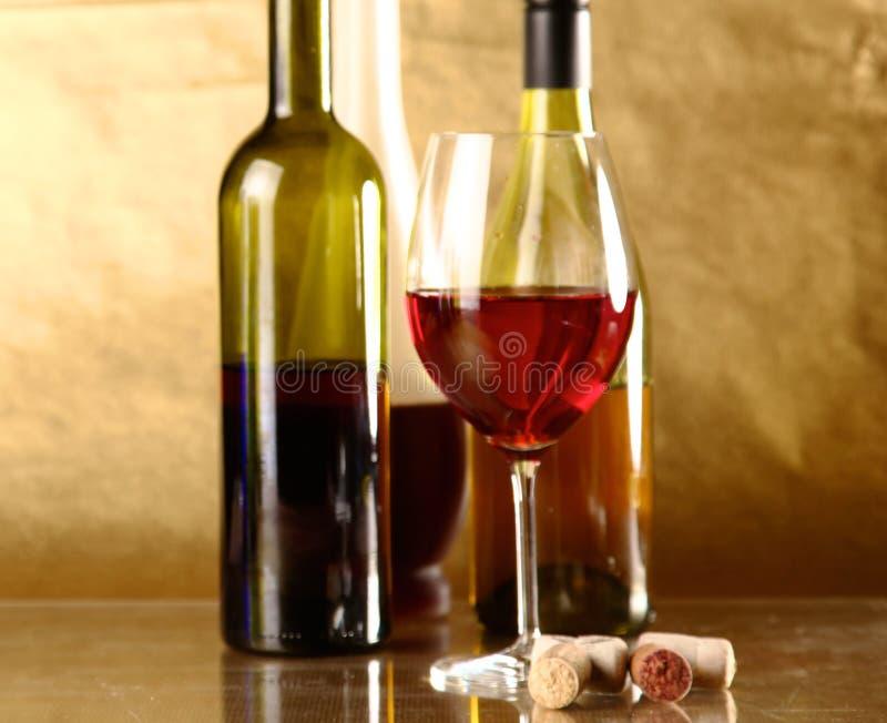 Бутылка вина и стекла на таблице стоковое фото