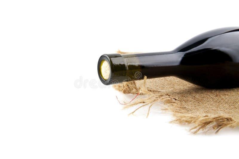 Бутылка вина на грубом материале стоковое изображение rf