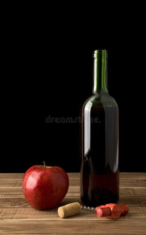 Бутылка вина с яблоком стоковое изображение