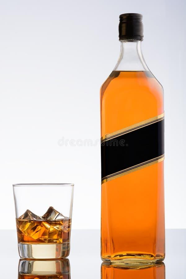 Бутылка вискиа и стекла с льдом стоковое изображение