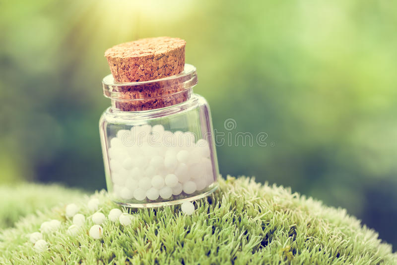 Бутылка глобул гомеопатии стоковая фотография rf