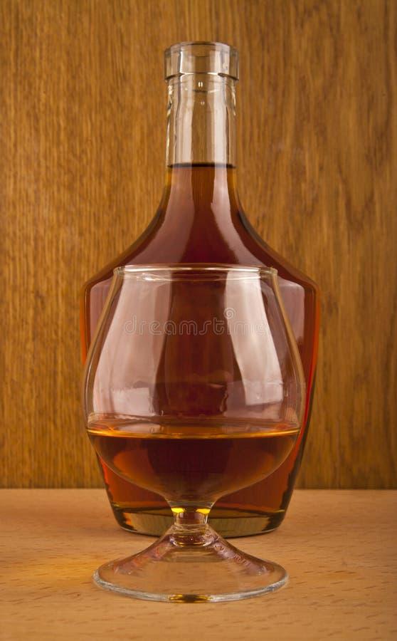 Бутылка и стекло с коньяком стоковые фото
