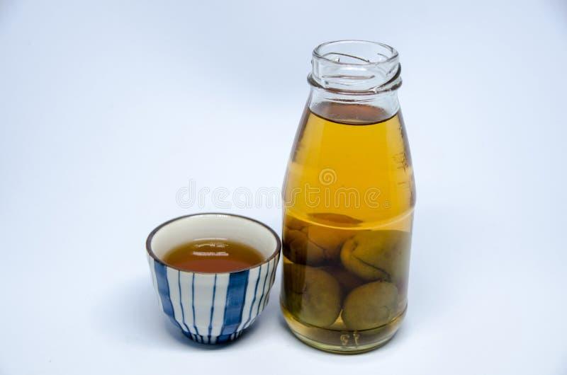 Бутылка и чашка ради на яркой белой предпосылке стоковые изображения rf