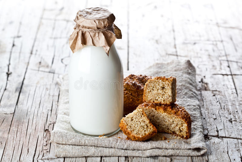 Бутылка молока и свежего испеченного хлеба стоковые изображения rf