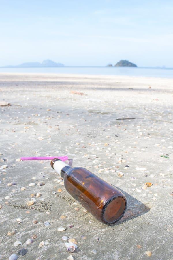 Бутылка на пляже стоковая фотография rf