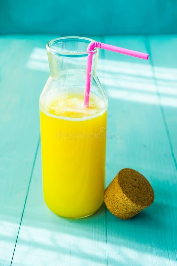 Бутылка свежего апельсинового сока стоковое фото rf