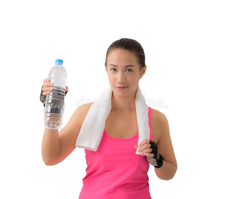 Бутылка с водой женщины фитнеса счастливая усмехаясь держа стоковое фото rf