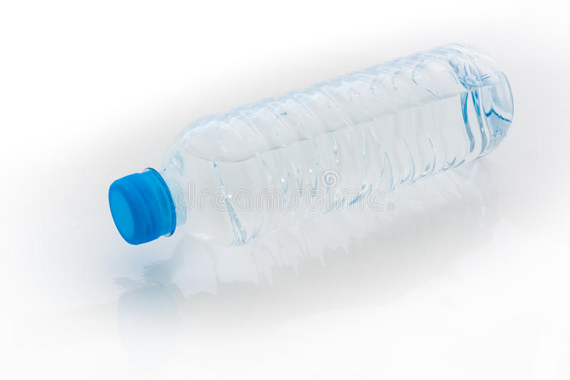 Бутылка с водой на белой предпосылке стоковые фотографии rf