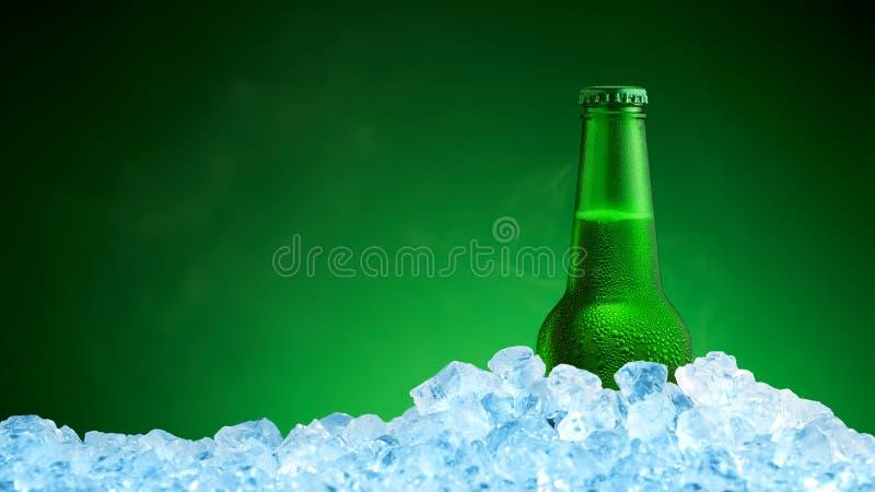 Бутылка холодного пива в льде стоковая фотография rf