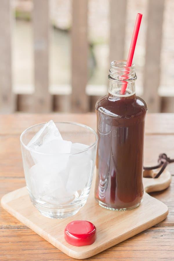 Бутылка черного кофе с льдом стоковое изображение rf