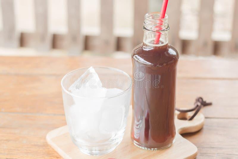 Бутылка черного кофе с льдом стоковые фото