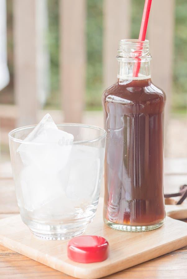Бутылка черного кофе с льдом стоковая фотография
