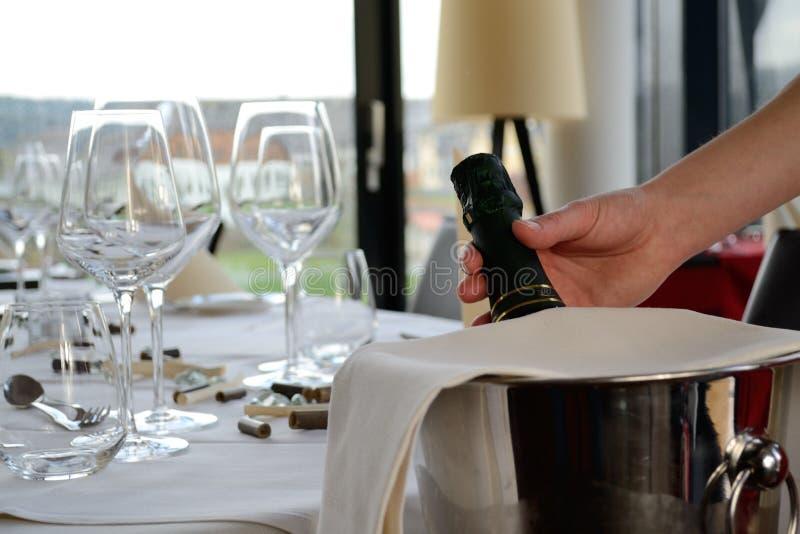 Бутылка Шампани в охладителе шампанского стоковые фото