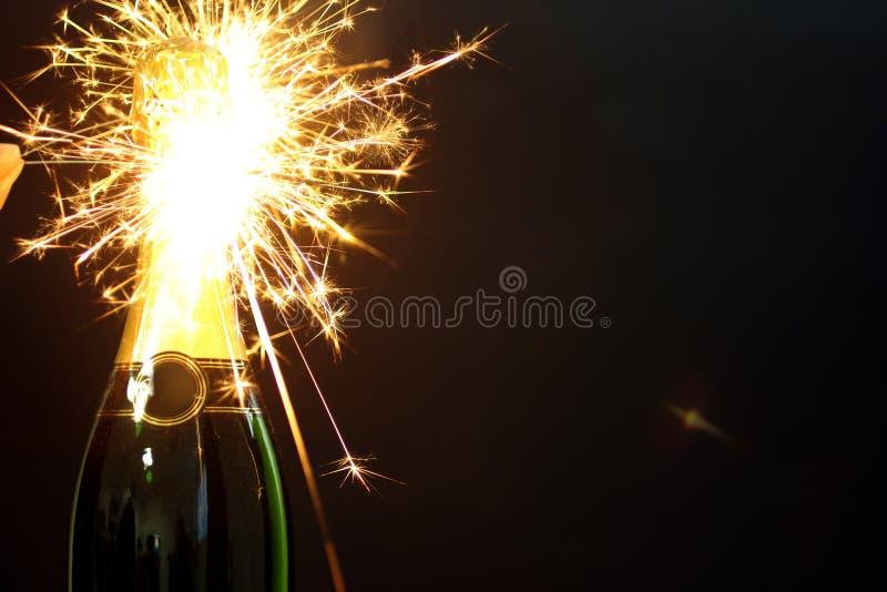 бутылка шампанского и бенгальских огней стоковое изображение