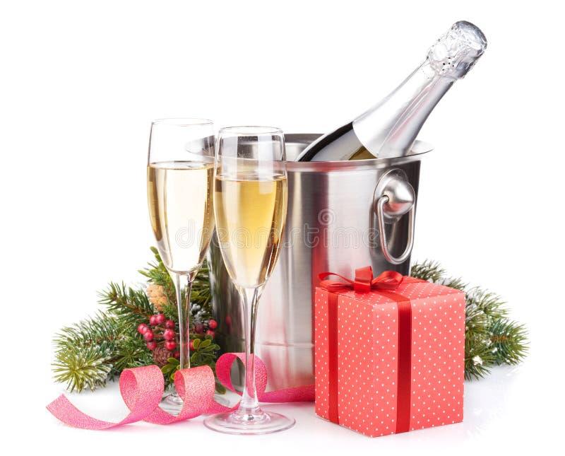 Бутылка шампанского рождества в ведре, стеклах и подарочной коробке стоковые фотографии rf