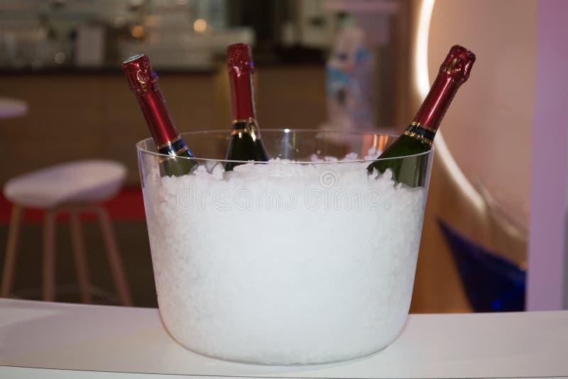 Бутылка 3 Шампань в ведре с льдом на белизне стоковое фото