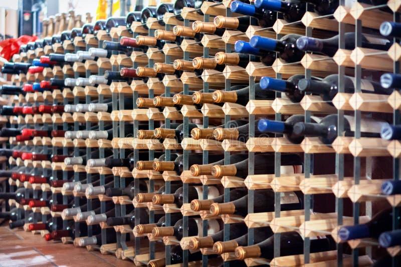 Бутылки вина в погребе стоковое фото