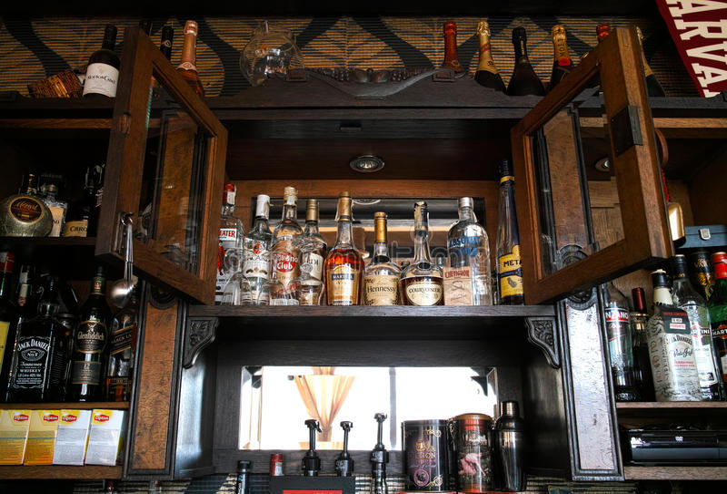 Бутылки вискиа на баре стоковая фотография rf