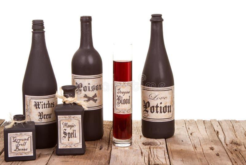 Download Бутылки зелья на деревянных клетях Стоковое Фото - изображение насчитывающей пыль, формула: 33731894
