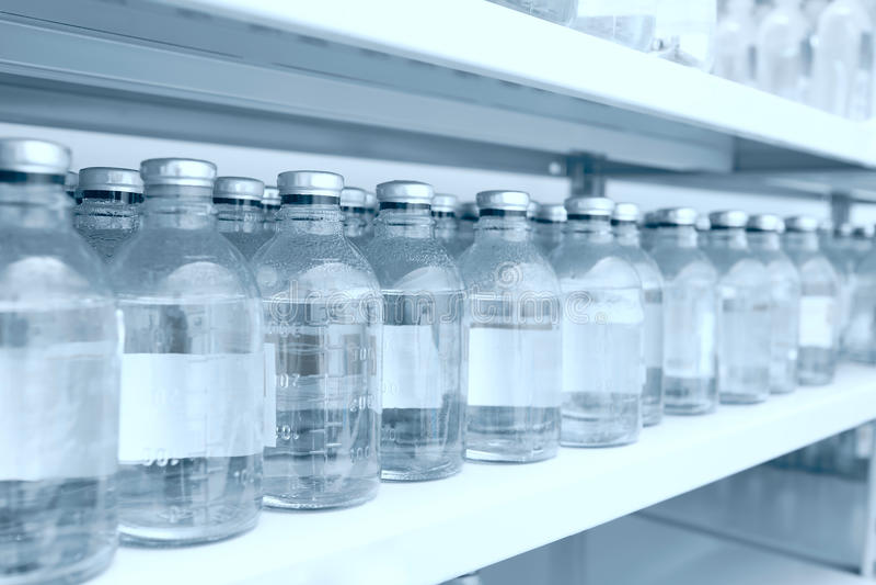 Бутылки медицины в строке на полке хранения стоковая фотография rf