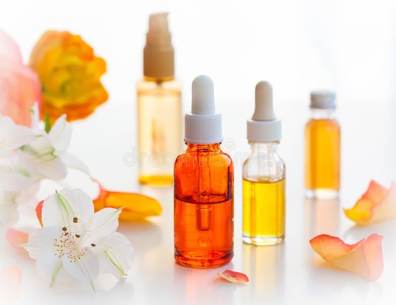 Бутылки необходимых ароматичных масел стоковые фото