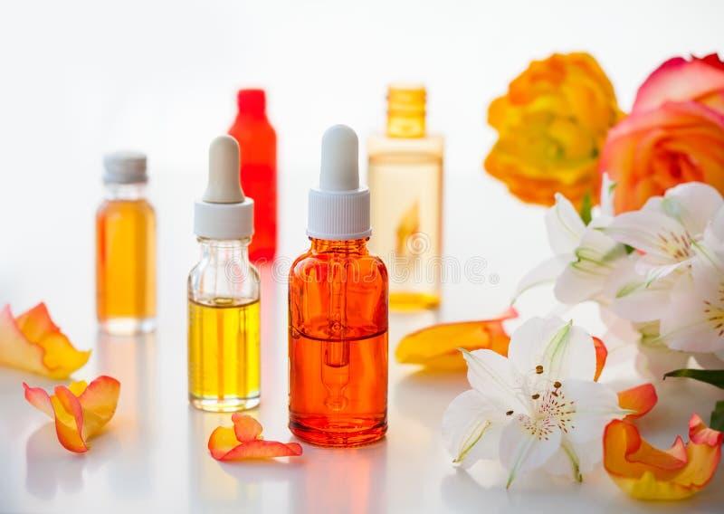 Бутылки необходимых ароматичных масел стоковые фотографии rf