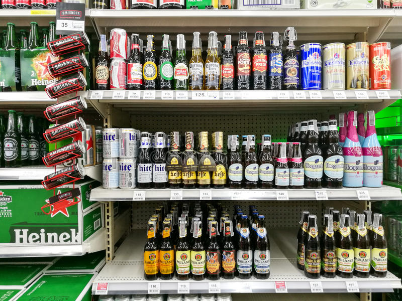 бутылки отечественных и импортированных пив стоковая фотография