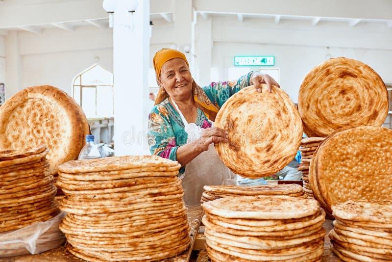 Бухара, Узбекистан 1-ое сентября 2018: Узбекский хлеб Надувательство в рынке стоковая фотография rf