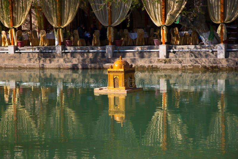 БУХАРА, УЗБЕКИСТАН, пруд Labi Hauz популярное место среди t стоковая фотография rf