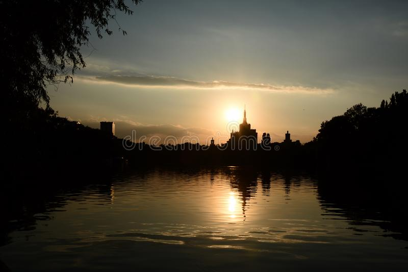 Бухарест Румыния вечернее закате Герастрау парк dusk sundown silhouette Casa Presei стоковое изображение rf