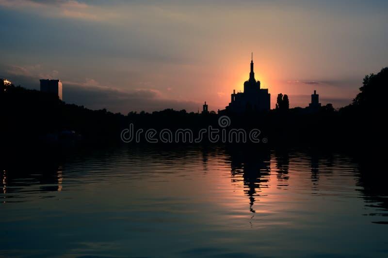 Бухарест Румыния вечернее закате Герастрау парк dusk sundown silhouette Casa Presei стоковая фотография rf