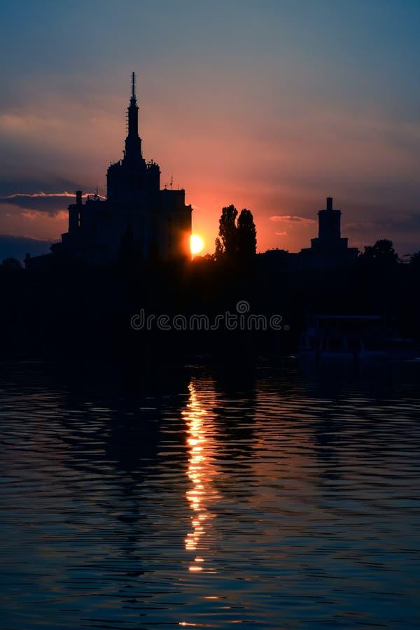 Бухарест Румыния вечернее закате Герастрау парк dusk sundown silhouette Casa Presei стоковое фото rf